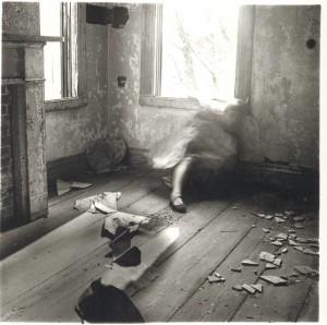 Francesca-Woodman-Abandoned-house-num.3-Providence-Rhode-Island-stampa-alla-gelatina-dargento-1976